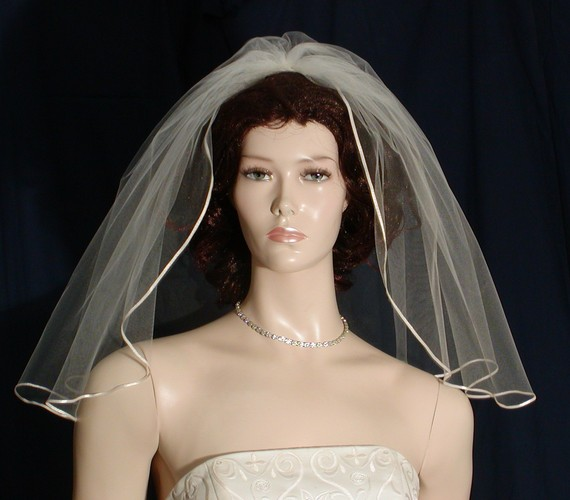 1 Tier Shoulder Length Flyaway Bridal Veil Trimmed With A Tiny, Delicate Satin Ribbon